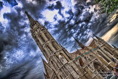 Borongós felhők fogságában a Mátyás-Templom  - fotó: Szendrei Gábor