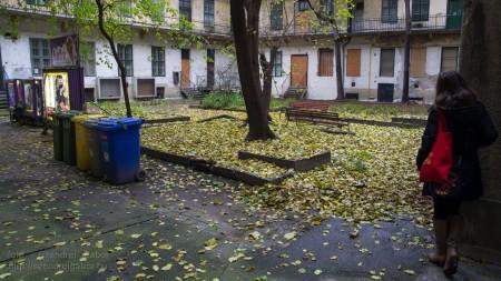 Belvárosi színes udvar ősszel - fotó: Szendrei Gábor