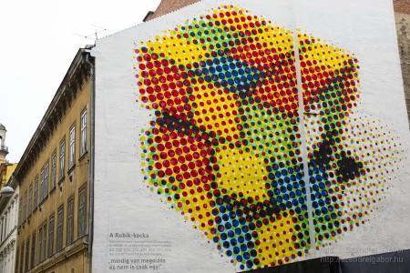 Rubik-kocka a tűzfalon - fotó: Szendrei Gábor