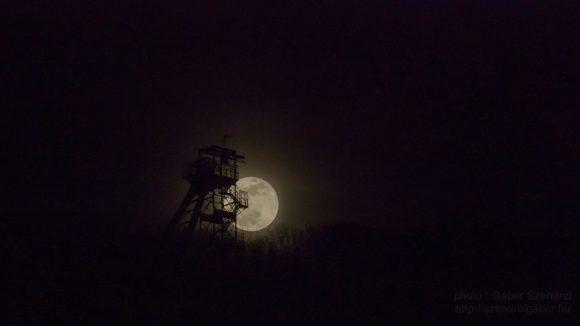 Tatabányai Kilátó és Telihold - a Szuperhold, vérhold, és teljes holdfogyatkozás napján - fotó: Szendrei Gábor