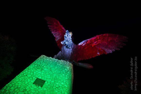 2020. október 23. Nemzeti színű Turul madár Tatabánya - fotó: Szendrei Gábor